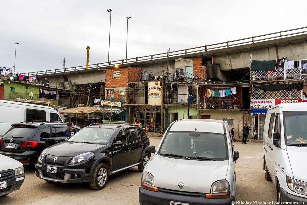 34. На этой же площади организована главная автопарковка, что, конечно же, позор.