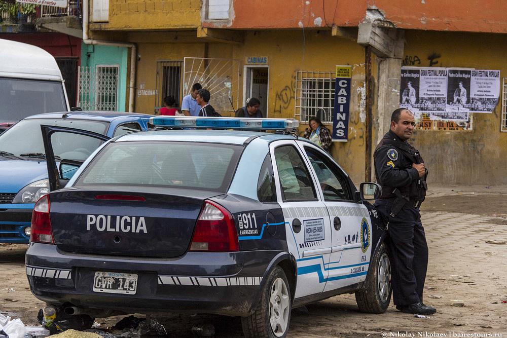 37. Часть территории действительно отвоевана полицией. Полицейские патрули находятся каждые 100-200 метров, но это только на входе. В места поглубже даже сами полицейские опасаются соваться.