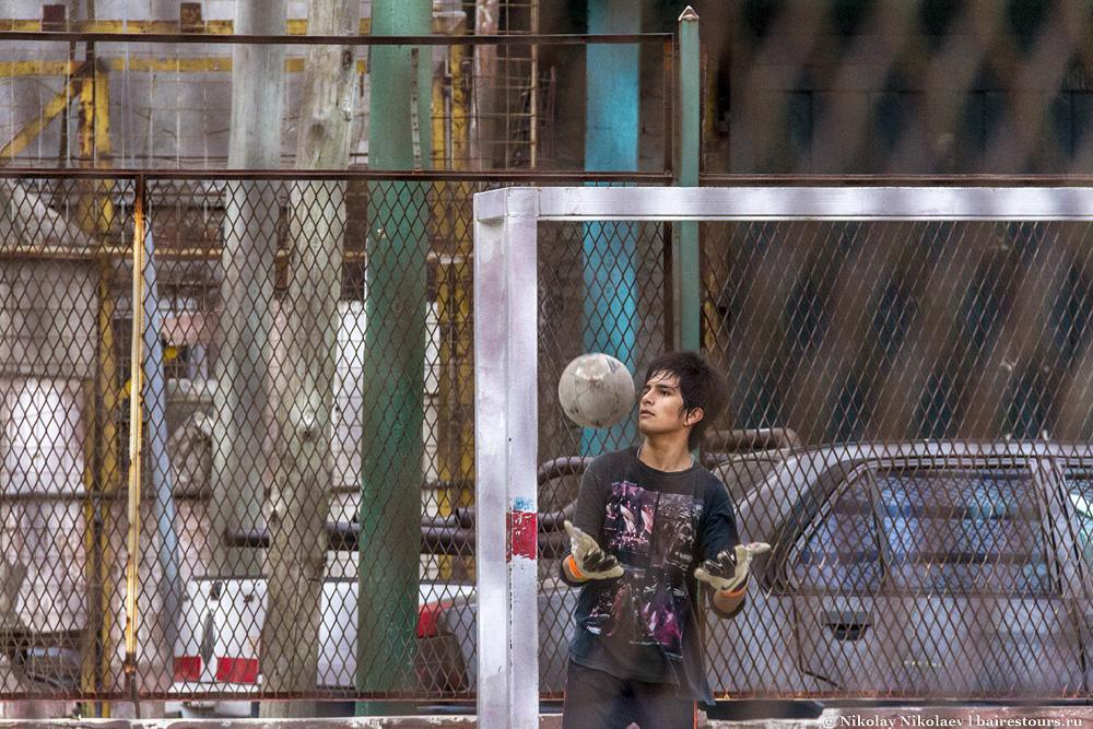 45. Нужно отдать должное, хотя бы что-то власти делают для жителей трущоб. Была построена площадка для футбола.