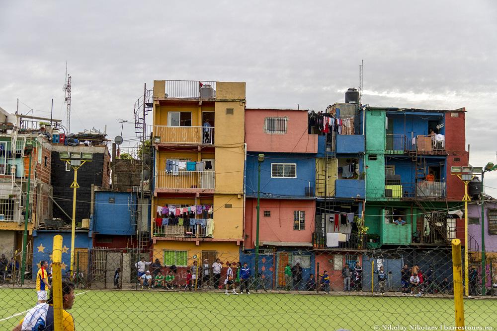 51. Неописуемая красота: футбольная площадка и разноцветные домики. Я бы печатал этот вид на туристических открытках города. Такого нет даже в Ла Бока.