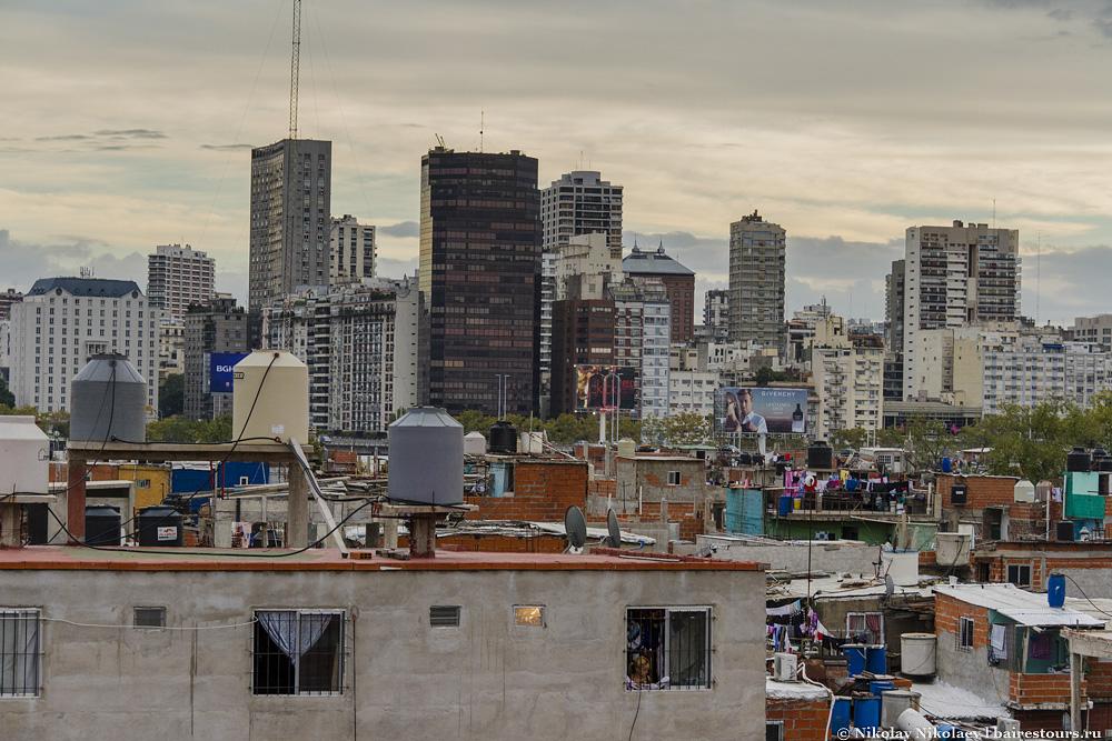 59. На уровне шестого (!) этажа расположена терраса с умопомрачительными видами на трущобу и зажиточные районы Буэнос-Айреса.