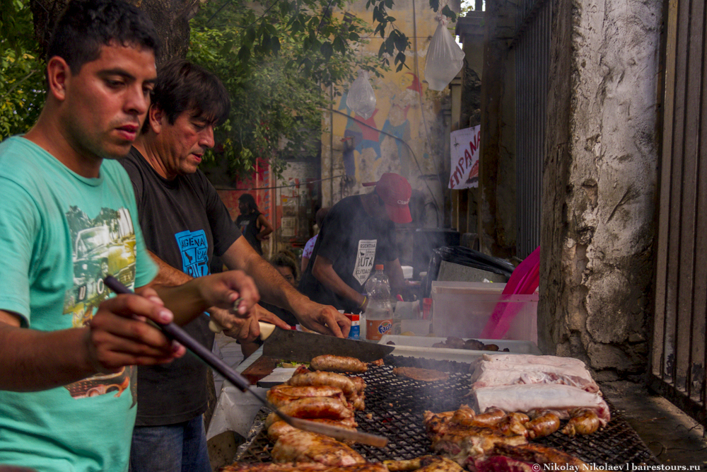 02. Чтобы отведать прекрасного аргентинского мяса, не обязательно идти в роскошный ресторан. Мясо здесь — типичная еда для всех жителей.