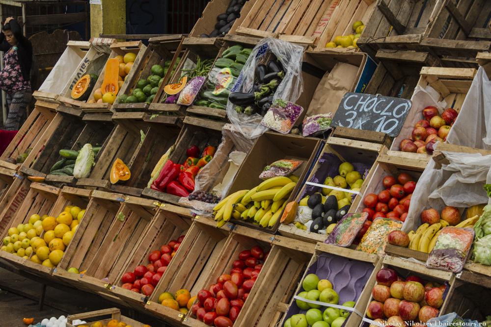 03. Фрукты и овощи на трущобном рынке Буэнос-Айреса превосходят по качеству те, что продают в России в средних супермаркетах.