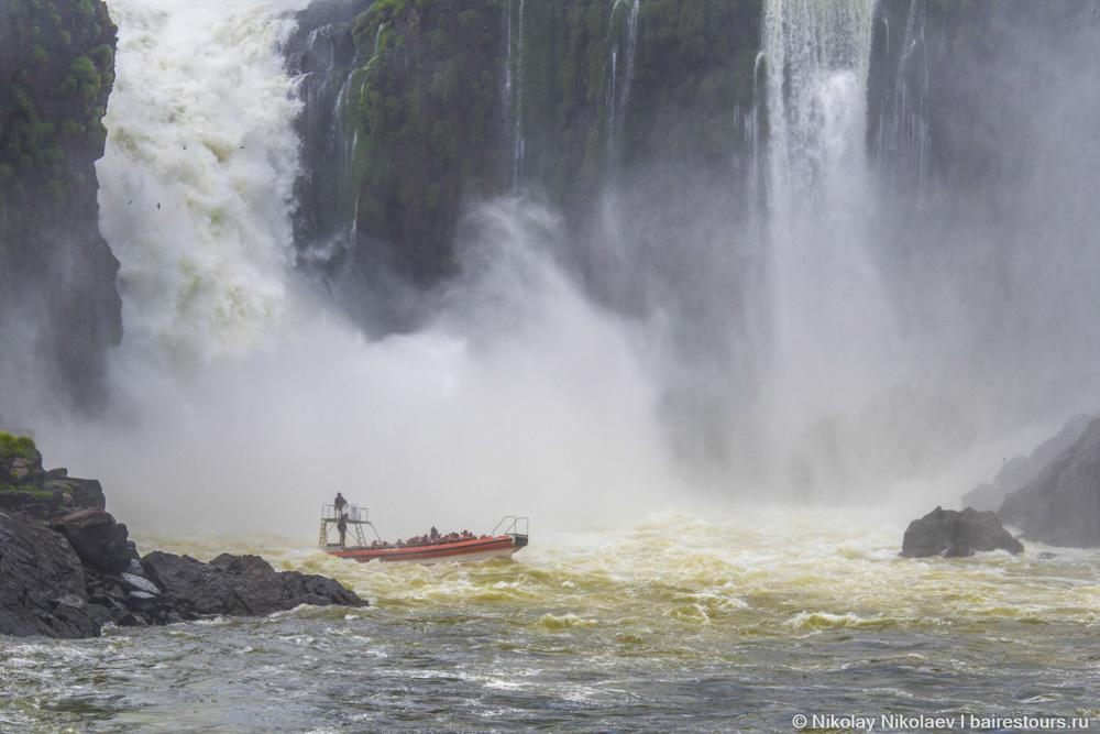 02. Купание под одним из самых мощных водопадов из каскада Игуасу