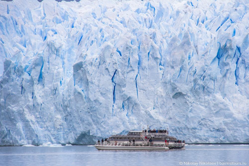 01. Трехэтажный катамаран на фоне 60-метровой стены льда ледника Перито Морено