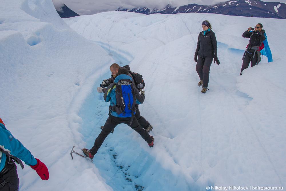 07. Перепрыгивая речушку на крыше ледника Перито Морено.