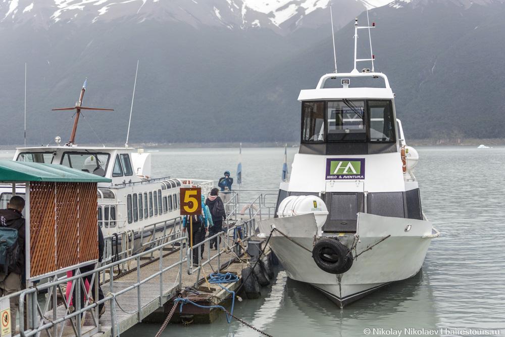 16. Тут уже поджидает кораблик, который подойдет как можно ближе к леднику.