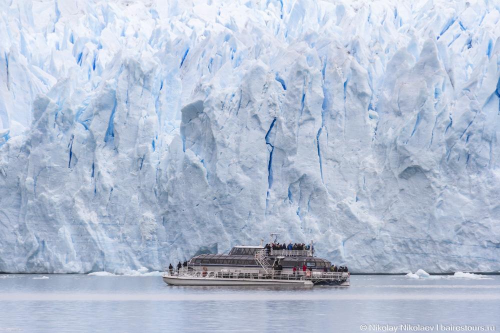 18. Так выглядит 3-палубный корабль, в котором умещается около двух сотен человек, и это при том, что катамаран расположен почти на сотню метров ближе к месту съемки чем ледник.