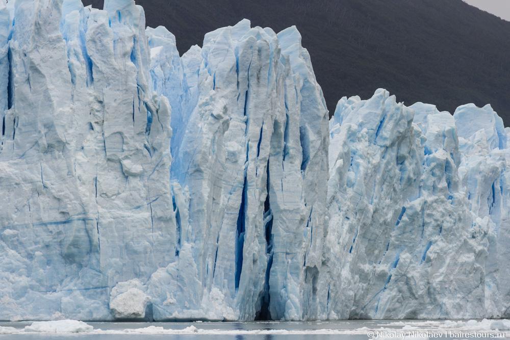 19. В воду же ледник погружается на глубину сотен метров, так что фактически это огромный полузатонувший небоскреб.