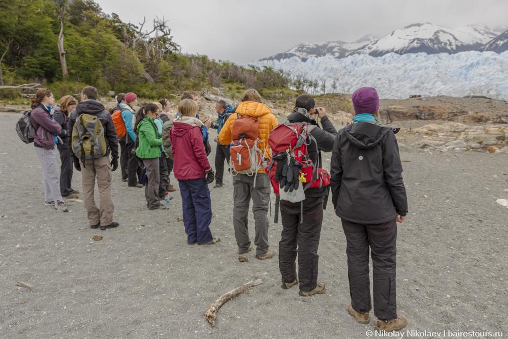 26. Желающих пройтись по леднику разбивают на группы, которыми руководят специализированные гиды. Выбрать можно между английским или испанским языком.