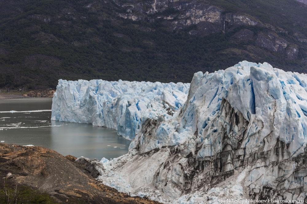 38. Перито Морено не весь такой светло-голубой. С собой он несет и большое количество земли, так что местами лед практически черный.