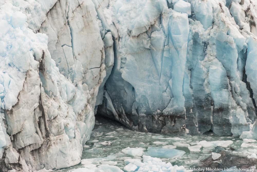 39. Выходя на лед, уже можно рассматривать ледник в мельчайших деталях.