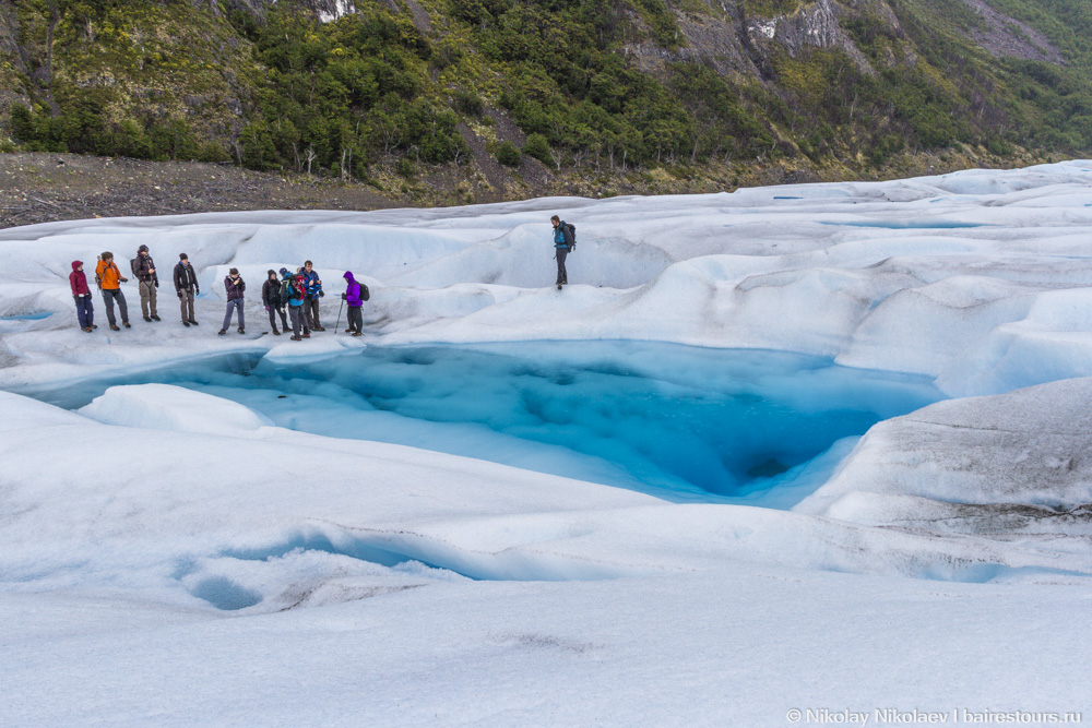 41. А вот и первая встреча с озером во льдах. Это одна из причин, почему прогулку по леднику нельзя назвать обычным легким походом. Идти приходится по льду, который местами настолько отшлифован, что устоять в обычной обуви было бы просто невозможно. В таких местах также есть вероятность посмертно хлебнуть чистейшей ледниковой водички. Выбраться из подобного озерца без специальных инструментов невозможно, ведь берега – это влажный лед.