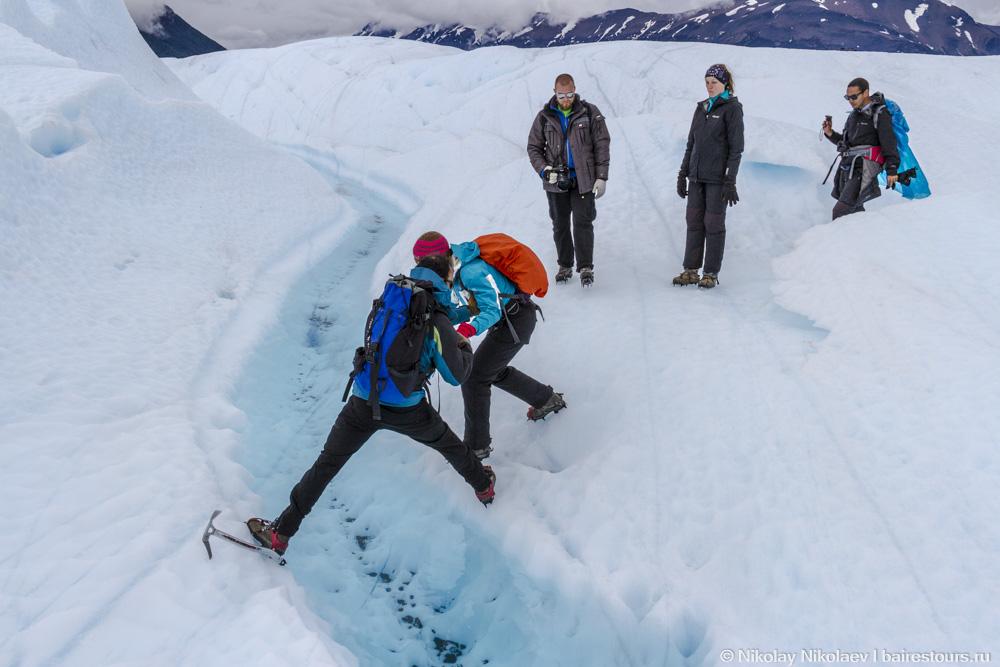 44. Перепрыгиваем ледниковую речушку.