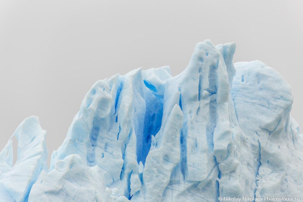 45. А над головой вздымаются ледяные пики. Волнительное зрелище. Ни на минуту не покидает мысль, что находишься на крыше большого живого организма, который движется, тает, ломается – другими словами живет своей жизнью.