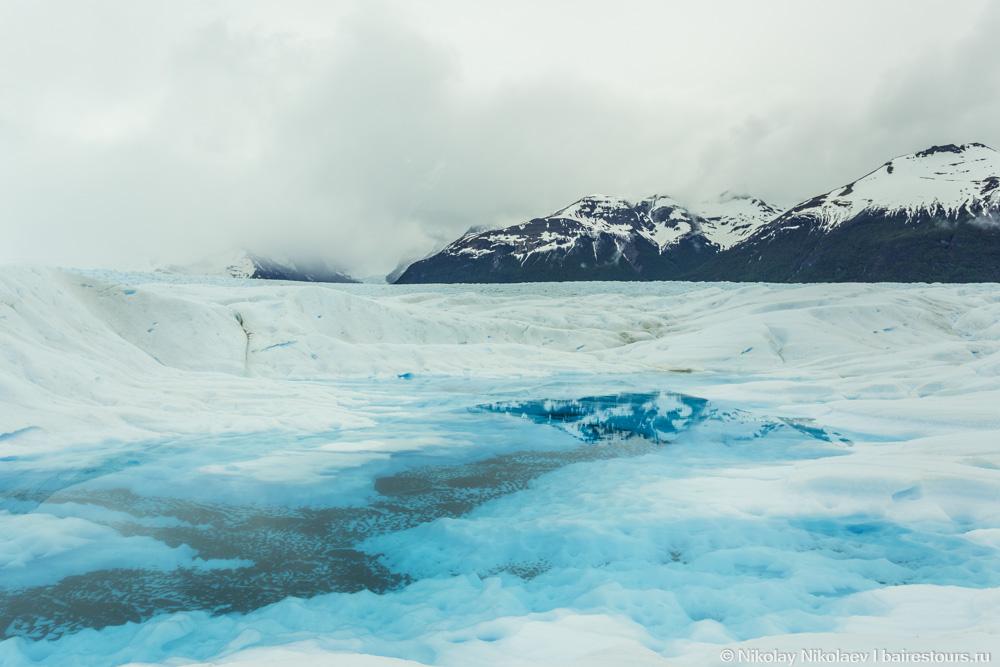 52. Голубоватый оттенок возникает из-за преломление света льдом. На самом деле вода кристально прозрачна, а лед почти идеально белый.