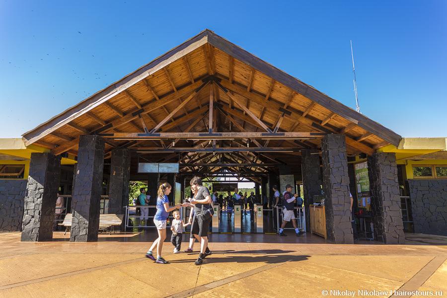 04. После нескольких километров узкой дороги среди джунглей попадаешь в цивилизацию, путь к которой преграждают турникеты. 20 USD помогут попасть на территорию парка.