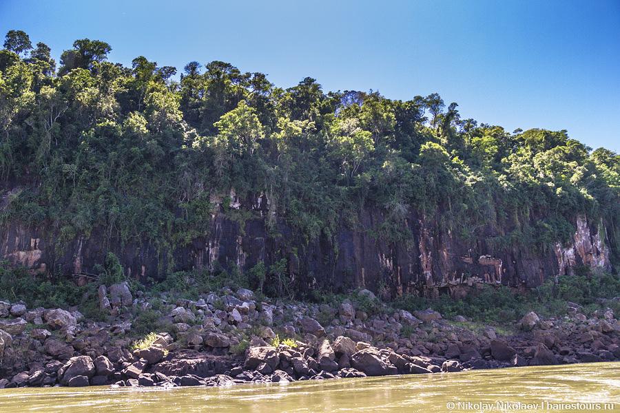 11. Начинается самое интересное: лодка на огромной скорости рассекает по бурной реке среди фантастических зеленых скал.