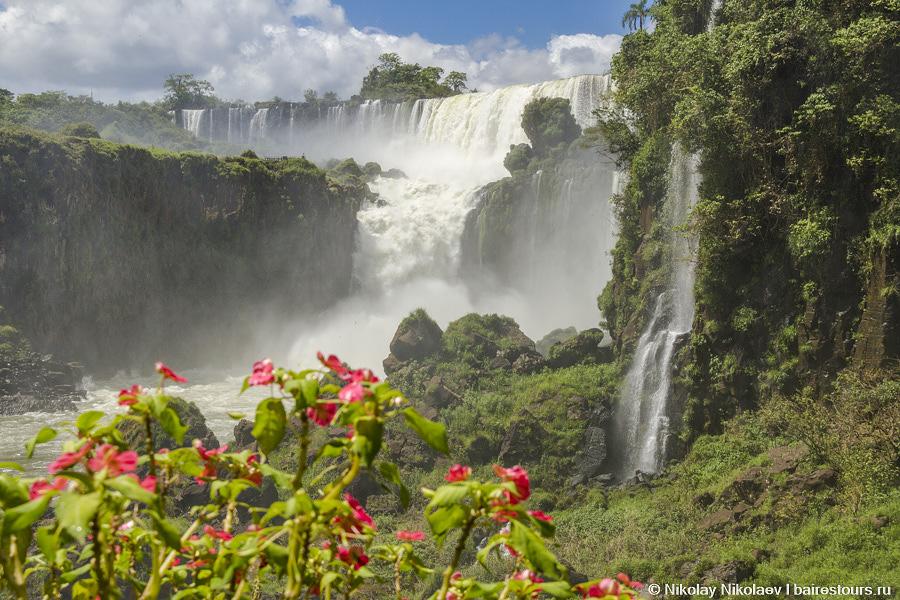12. И вот вдалеке появляются первые водопады: люди начинают визжать и пищать от восторга!