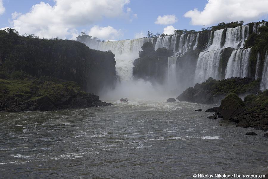 15. Лодка начинает лететь с огромной скоростью под самый мощный водопад!