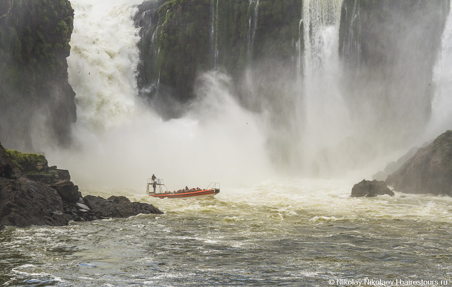 18. Лодка резко разворачивается, пока не пройдена точка невозврата, и мы выныриваем уже, мягко говоря, промокшими, но абсолютно счастливыми!