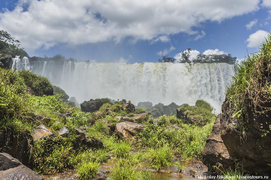 40. Водопады Игуасу растянулись на 2 700 метров, так что гулять здесь можно довольно долго.