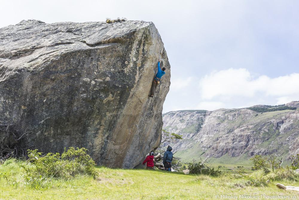 07. Мужику сказали, что на вершине камня местные спрятали ящик пива :)