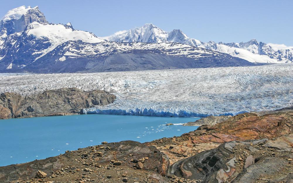 25. А это уже вид на ледник Упсала. По площади он почти что равен территории Москвы в пределах МКАД!  К леднику можно отправиться на каяке. По дороге вам встретятся айсберги – совершенно незабываемые впечатления! Также можно взять водную экскурсию на катере. Фото Anne van der Wal.