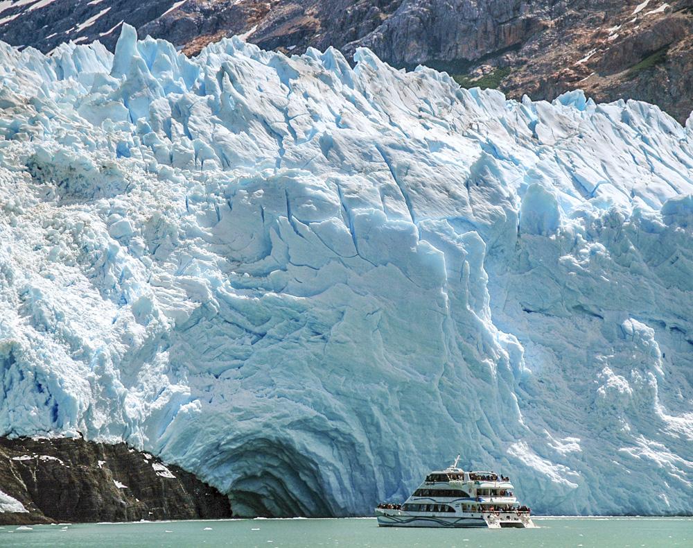 26. Только на катере путешественники добираются до самого внушительного по высоте ледника Спегаццини. Местами он возвышается над водой более чем на 100 метров! Фото TomaB.