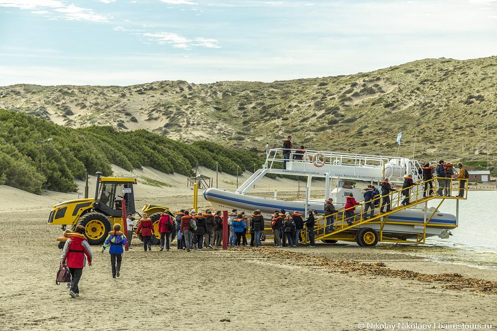 35. На Вальдесе очень сильные приливы и отливы. Во время отливов лодки завозят в океан на таких вот тракторах.