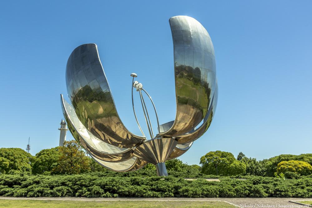 "Скульптура ""Железный цветок"" в Буэнос-Айресе"