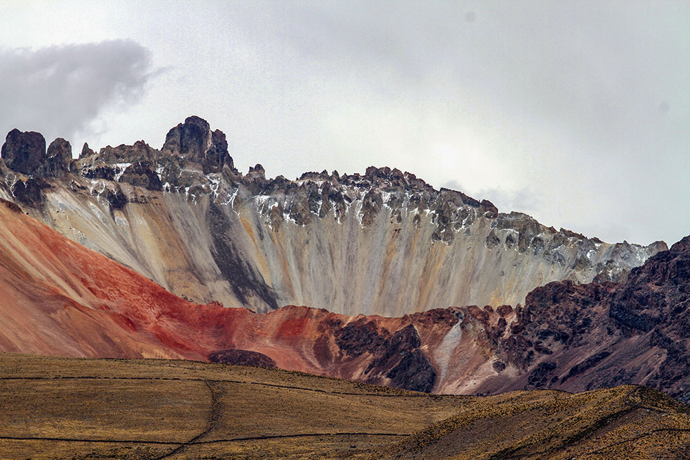 Вулкан Тунупа возле солончака Уюни