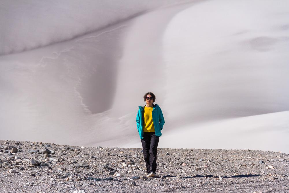 На фоне белых дюн Пуны