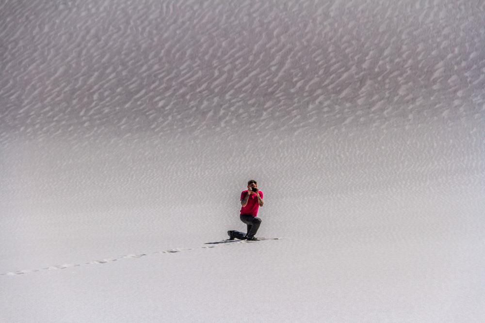 Один в белых песках Аргентины